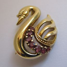 Brooch 9ct Ruby Swan