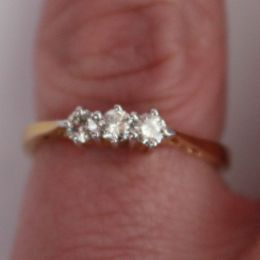 Ring 18ct Gold and 3 Diamonds